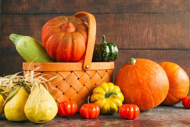 季節の収穫と木製のバスケット 無料写真