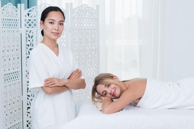 Женщина получает массаж в спа Бесплатные Фотографии