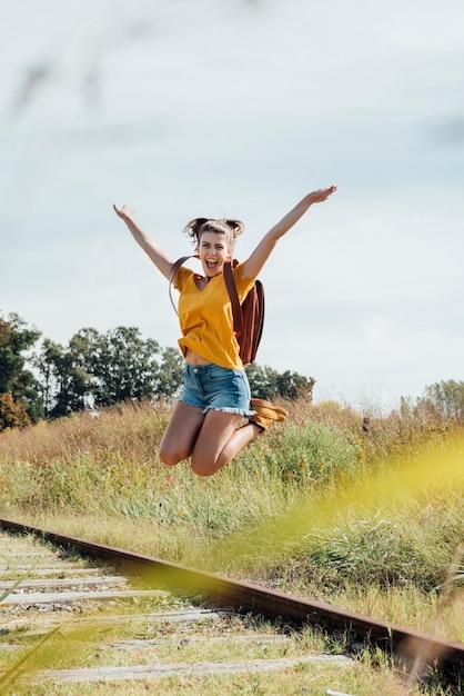 空中でジャンプして幸せな若い女の子 無料写真