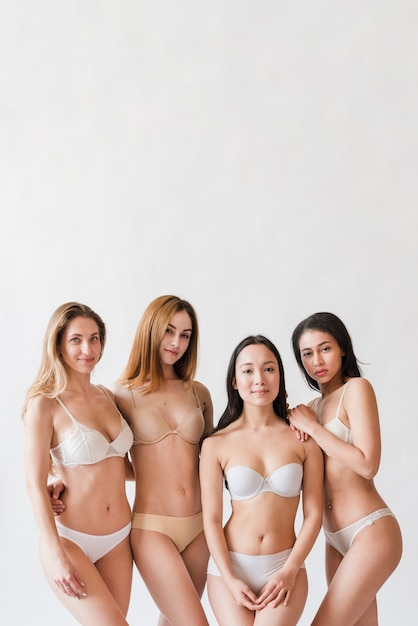 Многорасовая группа позитивных женщин позирует в нижнем белье Бесплатные Фотографии