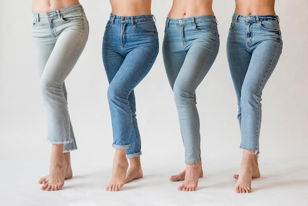 ジーンズで裸足の女性のグループ 無料写真