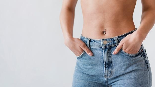 Урожай живота женщины в джинсовой ткани Бесплатные Фотографии