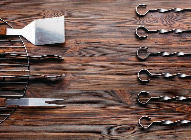Расположение новой посуды для барбекю на деревянной поверхности Бесплатные Фотографии