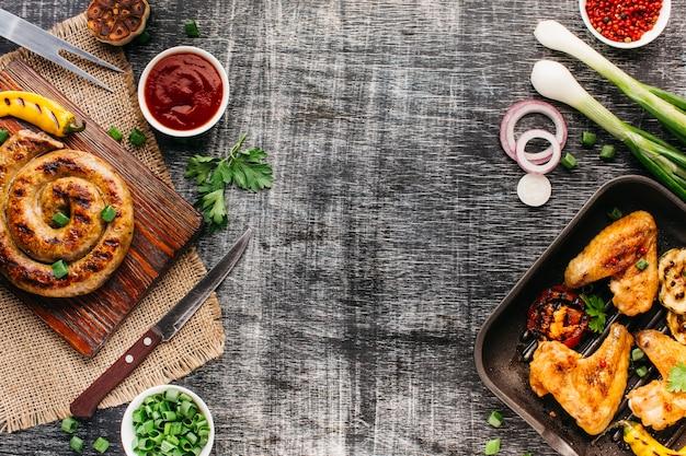 木製の織り目加工の背景に健康的な食事のためのおいしい揚げ肉 無料写真