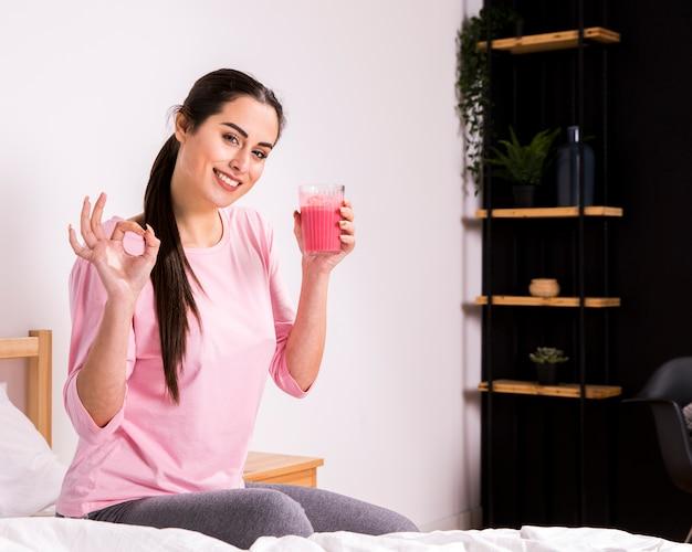 デトックスジュースを飲むフィットネス女性 無料写真