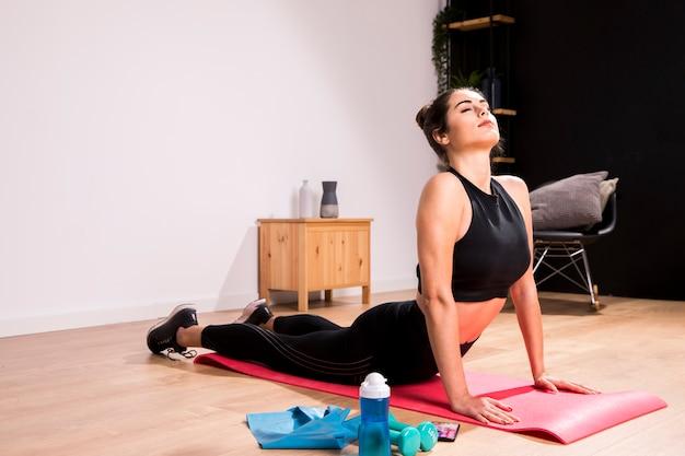 自宅で運動をしているフィットネス女性 無料写真
