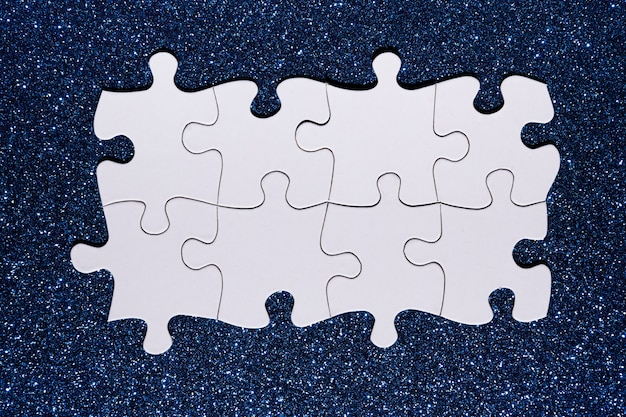 青いキラキラ背景に白いパズルチェーン 無料写真