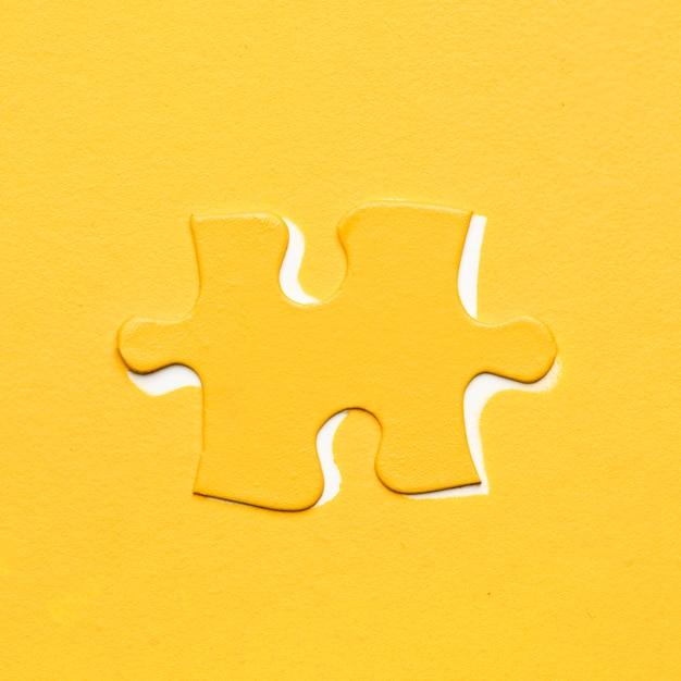 色付きの背景上の黄色のパズルのピース 無料写真