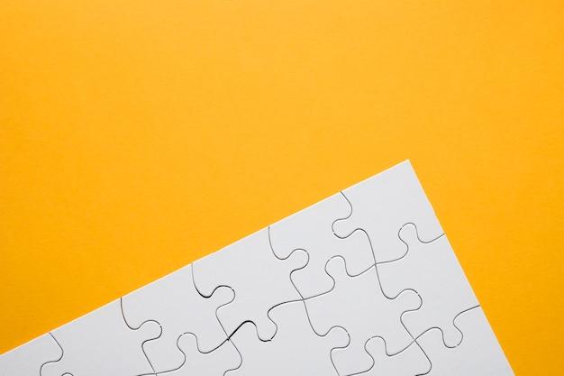 黄色の背景に白いパズルグリッド 無料写真