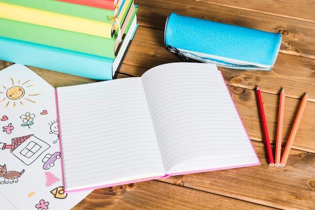学用品と本の背景 無料写真