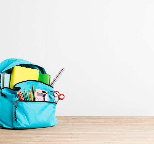 文具や本がいっぱいブルースクールバックパック 無料写真