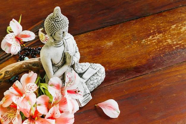 花弁とブダの彫刻 無料写真