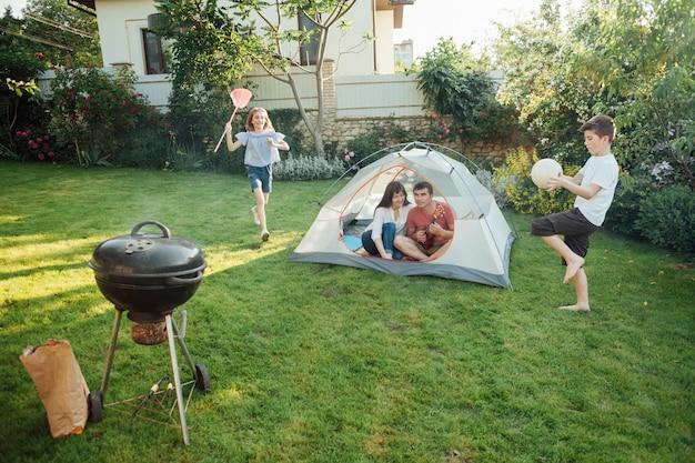 Семья наслаждается пикником на открытом воздухе в парке Бесплатные Фотографии