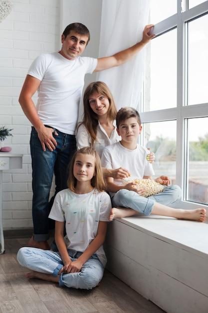 カメラを見て両親と兄弟の肖像画 無料写真