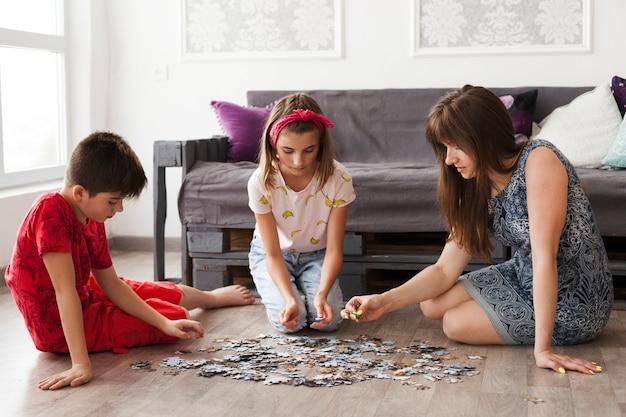 Мать играет в головоломки с детьми дома Бесплатные Фотографии