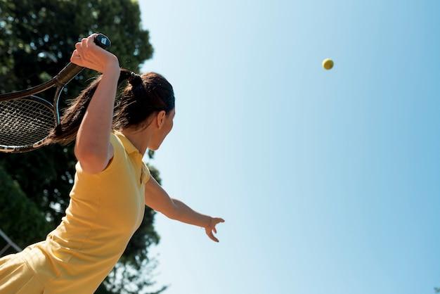 彼女のラケットとテニス選手 無料写真