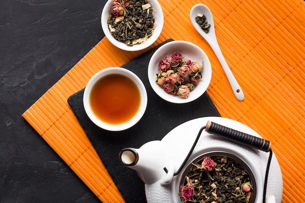 Вид сверху сухой розовой чайной травы на месте коврика Бесплатные Фотографии