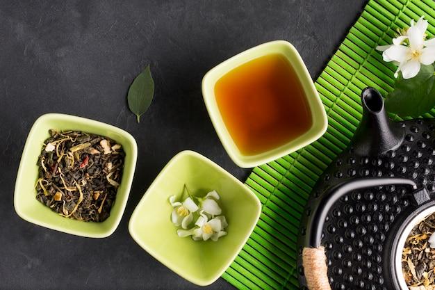 Ассортимент сухой чайной травы на черном сланцевом фоне Бесплатные Фотографии