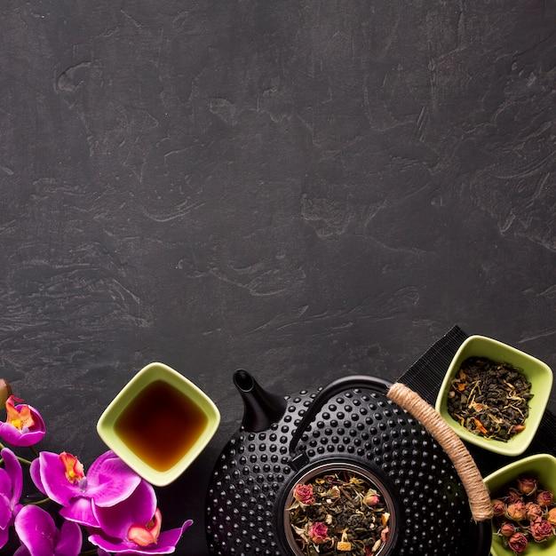 お茶と乾燥ハーブの背景の下に配置 無料写真