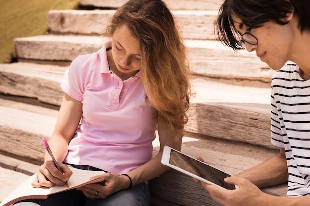 Подростки учатся вместе на лестнице Бесплатные Фотографии