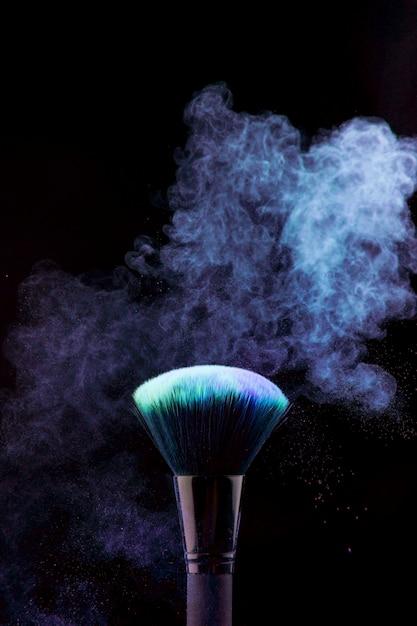 Кисть для макияжа с синим порошковым туманом Бесплатные Фотографии