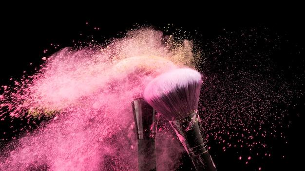 カラフルな粉を払い落とすブラシ 無料写真