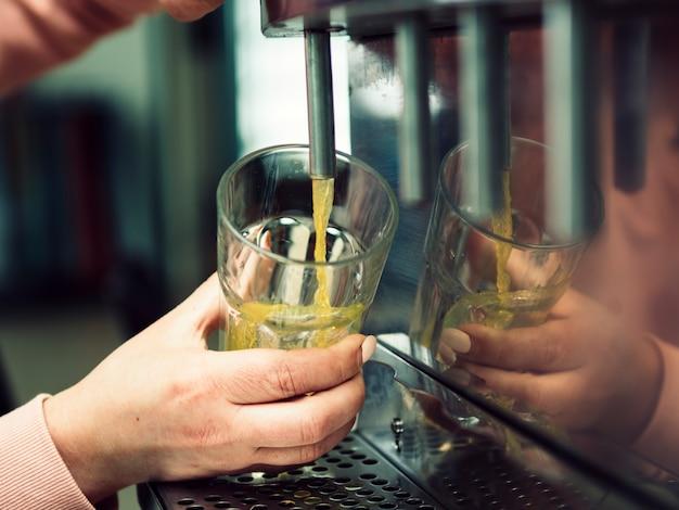 Обрезать напиток рукой женщина в стекле Бесплатные Фотографии
