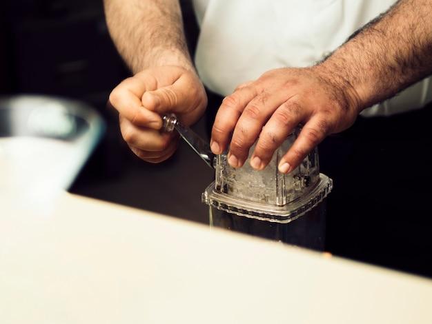 バー装備のバーテンダークラッシュアイス 無料写真