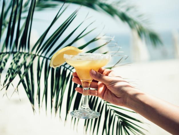 冷たい飲み物のグラスと手をトリミング 無料写真