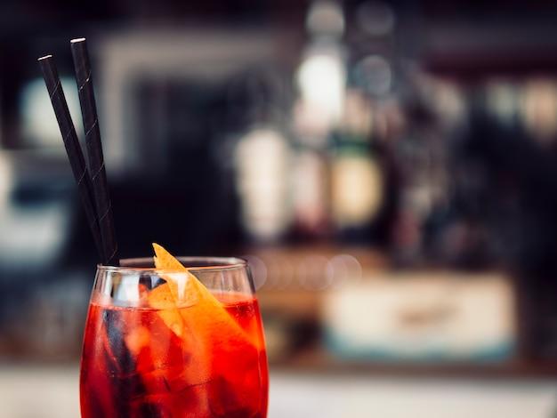 オレンジスライスと飲み物のガラス 無料写真