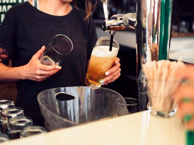 女性バーテンダー注ぐビール 無料写真