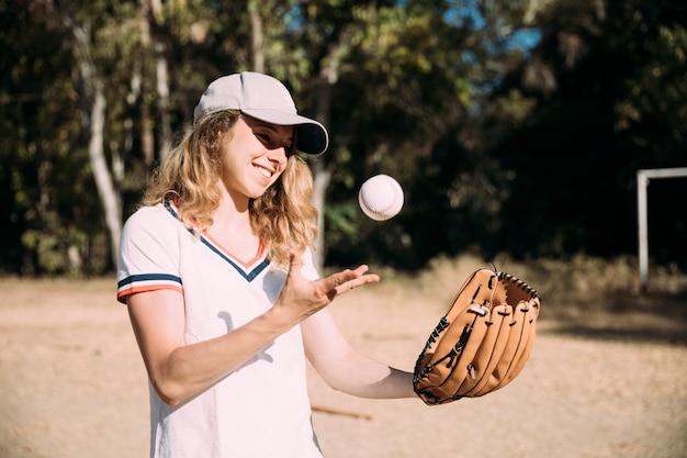 野球をして幸せな十代の少女 無料写真