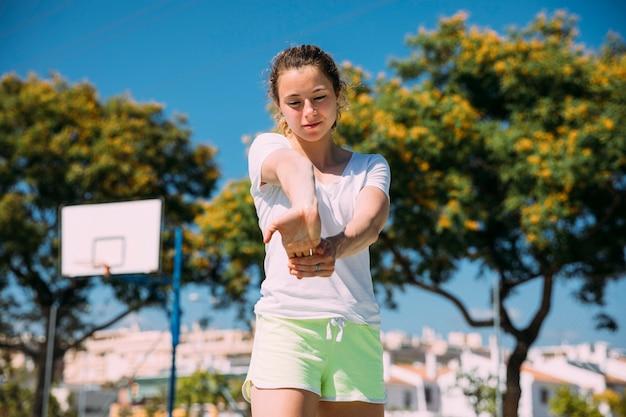 柔軟な若い女性の手首を温暖化 無料写真