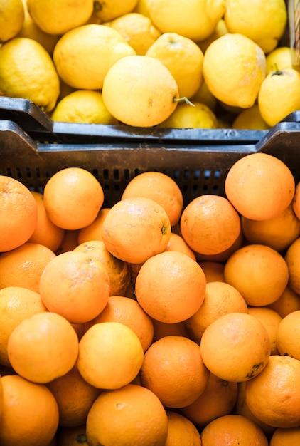 Повышенный вид сочных фруктов лимона и кумкватов на рынке Бесплатные Фотографии