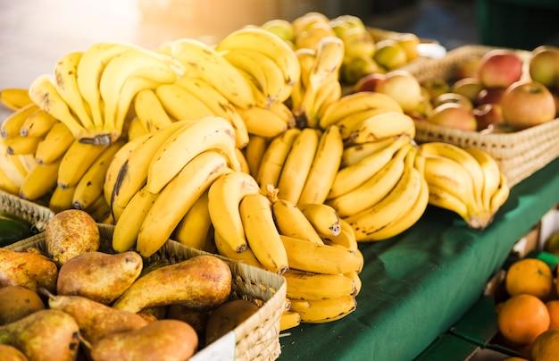 スーパーでの販売のためのテーブルの上の有機の新鮮な果物 無料写真