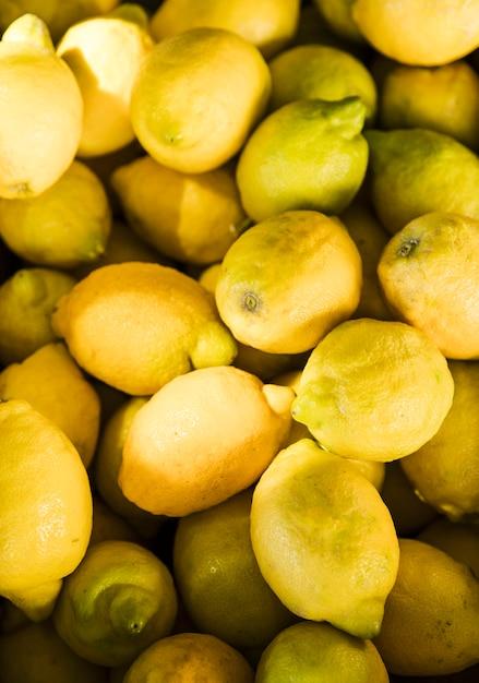 果物市場で新鮮な有機イエローレモンの表示 無料写真
