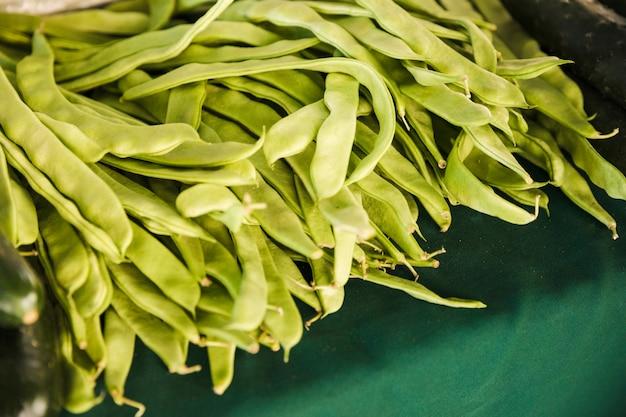 スーパーマーケットでテーブルの上の平らな豆の豊富さ 無料写真