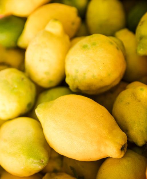 市場で黄色の新鮮なジューシーレモンの背景 無料写真