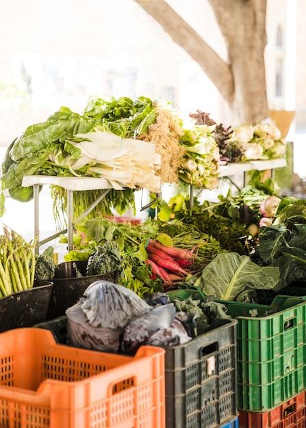 市場の屋台での販売のための有機野菜の束 無料写真
