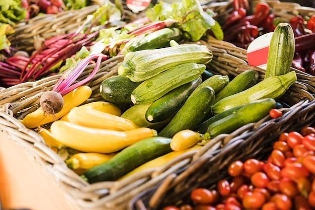 市場のカウンターで新鮮な野菜の選択 無料写真