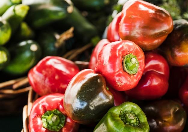 野菜市場での販売のための赤と緑のピーマン 無料写真