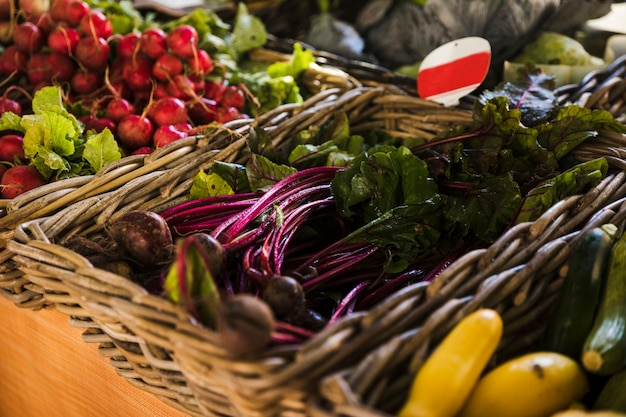 食料品店の市場で新鮮な野菜籐の配置 無料写真