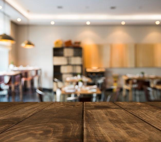 ぼやけたレストランシーンと木製のテーブル 無料写真