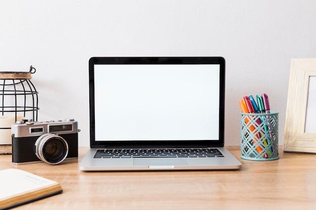 ノートパソコンとカメラの配置で作業スペース 無料写真