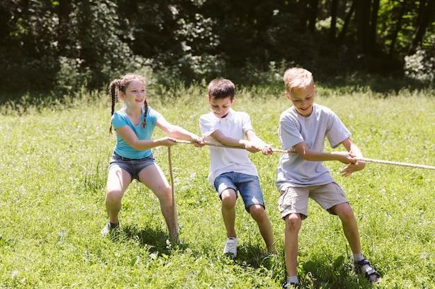 綱引きをしている子供たち 無料写真