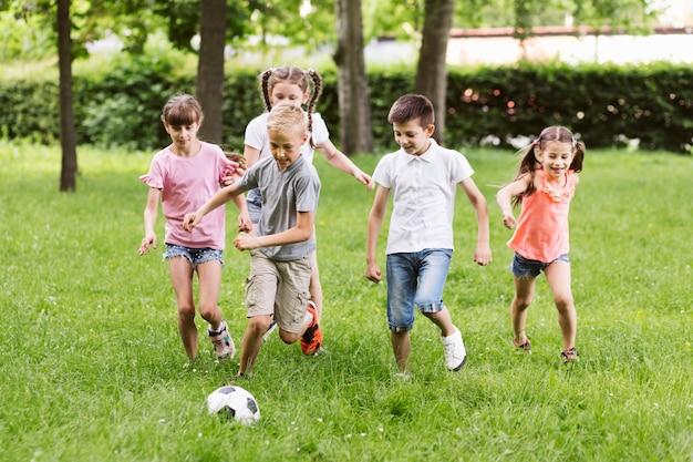 ロングショットのフットボールをする親友 無料写真