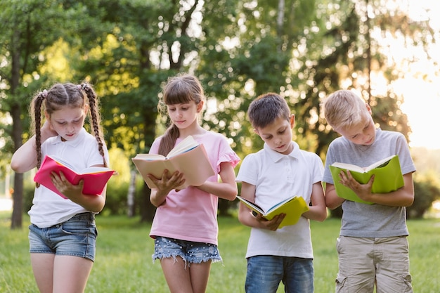 本を一緒に読んでいる子供たち 無料写真