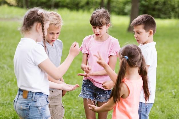石はさみ紙を遊んでいる子供たち 無料写真