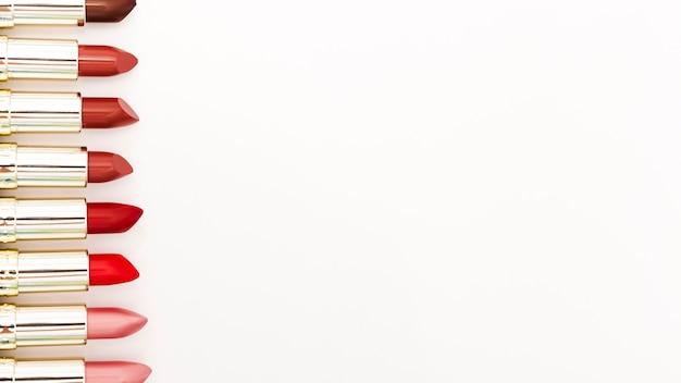 Линия металлических помады на белом фоне Бесплатные Фотографии