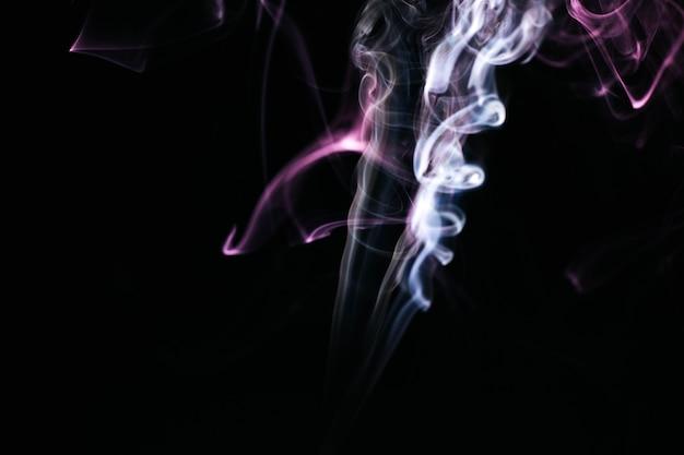 黒の背景に波状の煙 無料写真